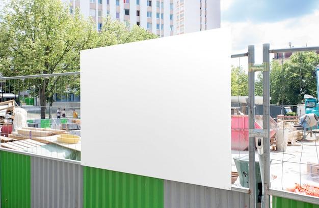 屋外ビルボード広告のモックアップ