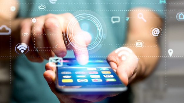 スマートフォンを使用してアプリとソーシャルアイコンで囲まれた連絡先アイコンを持つビジネスマン