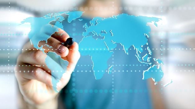 未来的なインターフェースに接続された世界地図を保持している実業家