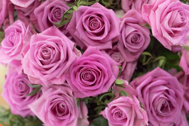 ピンクのバラの美しい花束のクローズアップ
