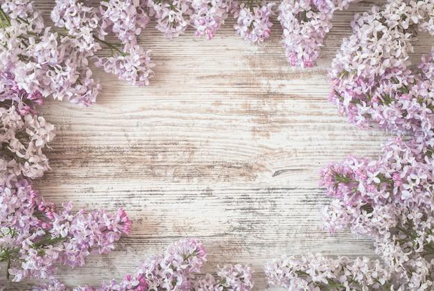 春の花白い木のライラック色の花。上面図