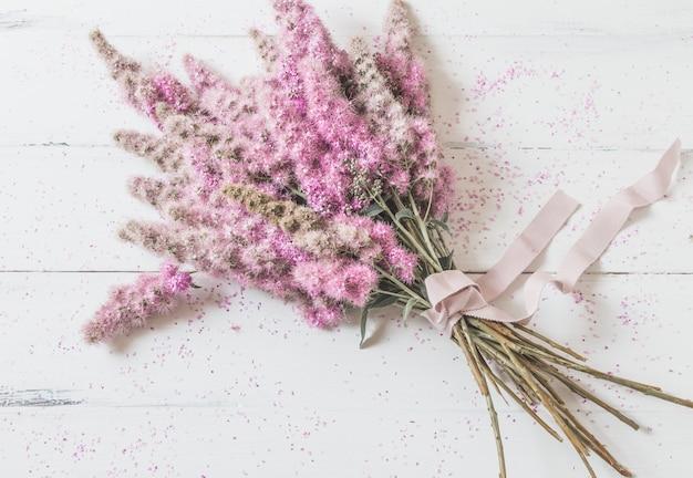 白地にピンクの花の花束