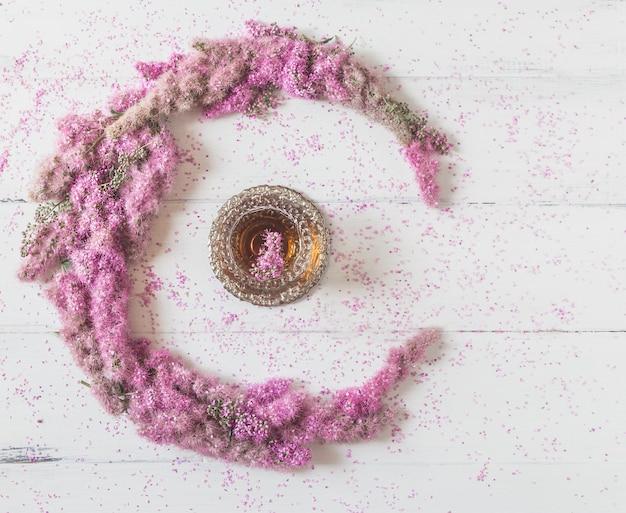 花の組成白地に紅茶のグラスとピンクの花で作られたサークル