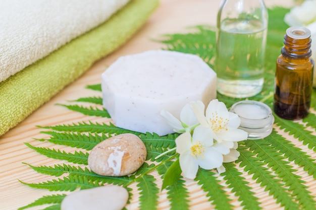 木のボディオイルと手作り石鹸