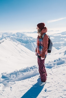 天気の良い日に雪山の上にスキーヤー。冬、ジョージア州グダウリ地域のコーカサス山脈。
