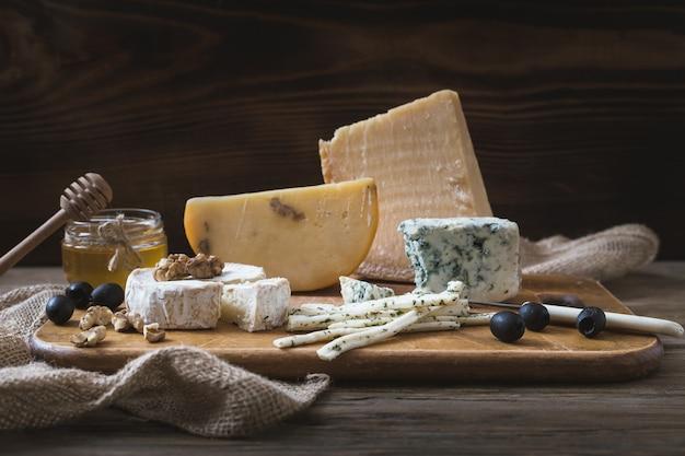チーズの種類チーズブリーまたはカマンベールとパルメザンチーズのスライス