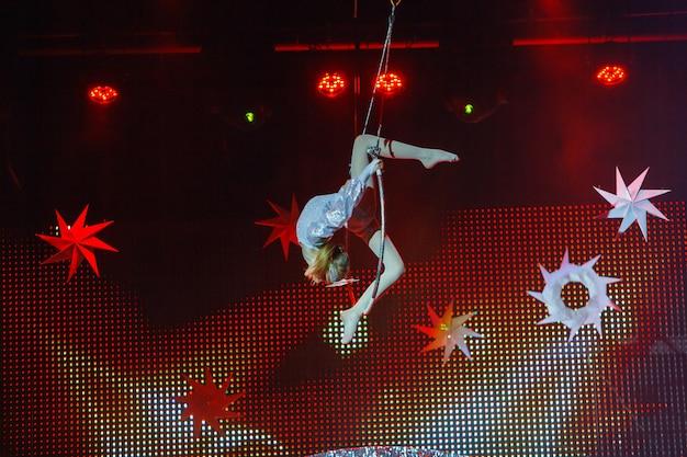 Выступления воздушной гимнастки в цирке.