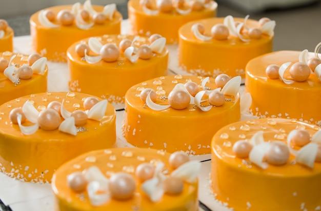 Производство тортов и кондитерских изделий на предприятии.
