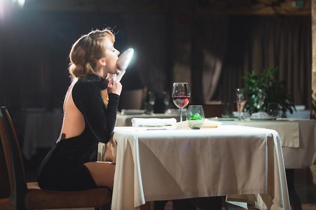 Красивая девушка обедает в ресторане