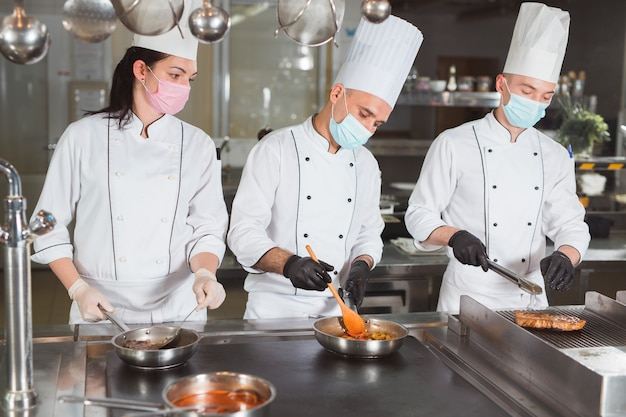 Команда поваров готовит в ресторане