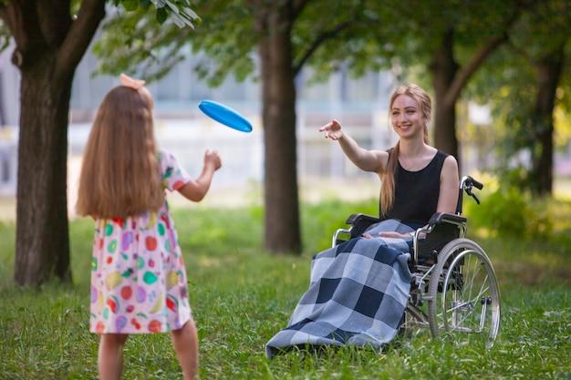 Инвалидов девушка играет в бадминтон.