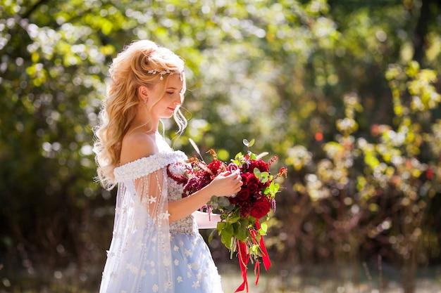緑豊かな公園を散歩して若いカップルの結婚式。