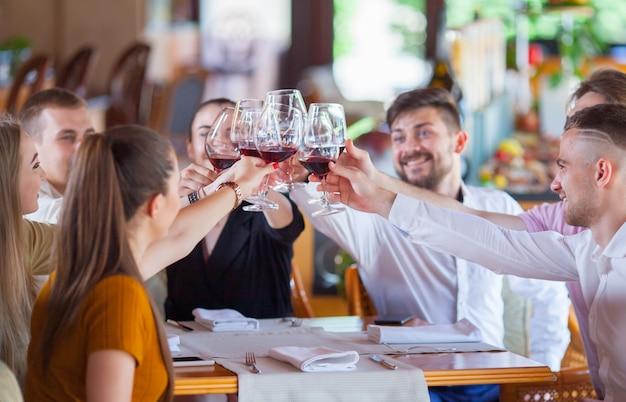 Компания друзей празднует встречу в ресторане.