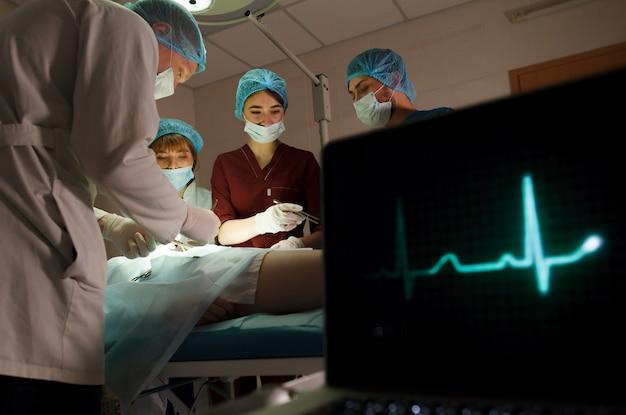 病院で手術を行う外科医のグループ。