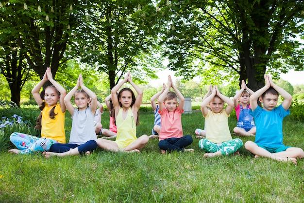 ヨガを練習する子供たち。