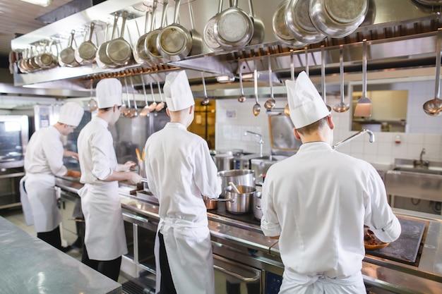 料理人はレストランで料理をします。