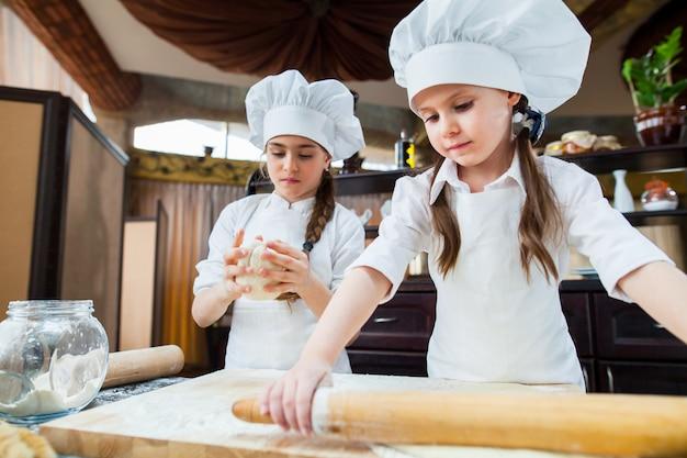 二人の女の子が小麦粉を作る。