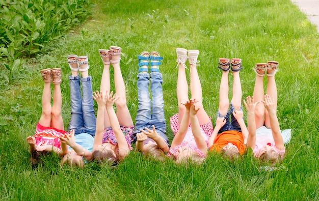 緑のゴゾンの公園で遊んでいると走っている子供たちのグループ。