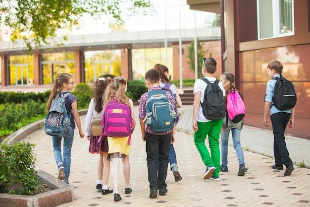 子供たちのグループが大学に行きます。