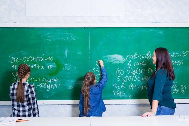 子どもたちは小学校で数学をします。