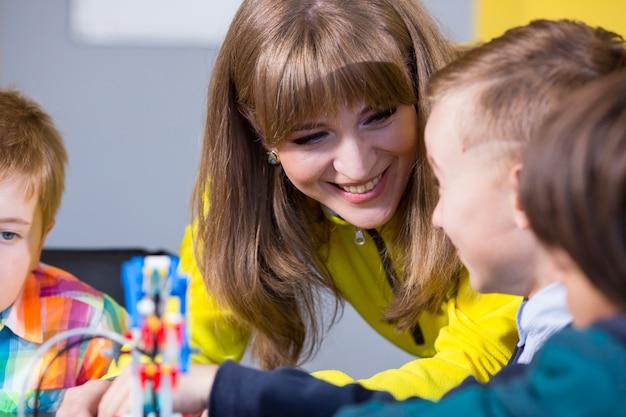積極的な子供たちは、子供部屋でコンストラクターを演じて組み立てます。