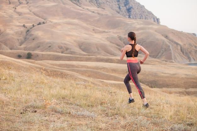 Женщина бежит в горы
