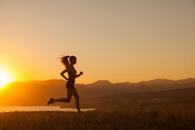 女性は海の山を走ります。