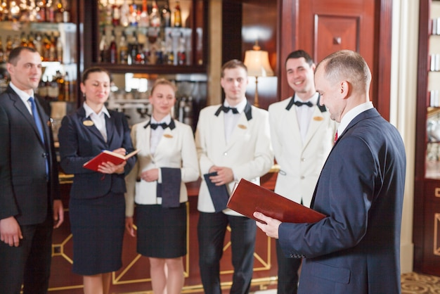 ホテルおよびレストランのブリーフィングスタッフ。