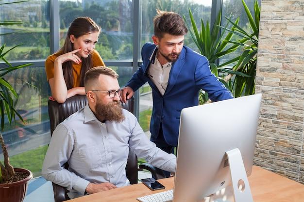 同僚のグループ、ビジネスマンは会議のためにオフィスに集まりました。
