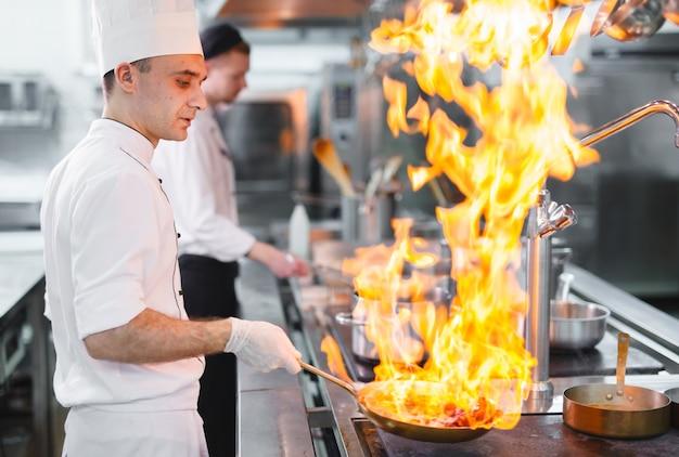 レストランで料理をします。