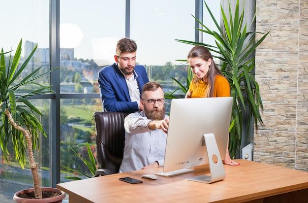 同僚のグループ、ビジネスマンが会議のためにオフィスに集まった。