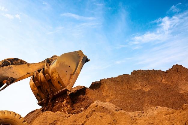 建設現場の掘削機のクローズアップ