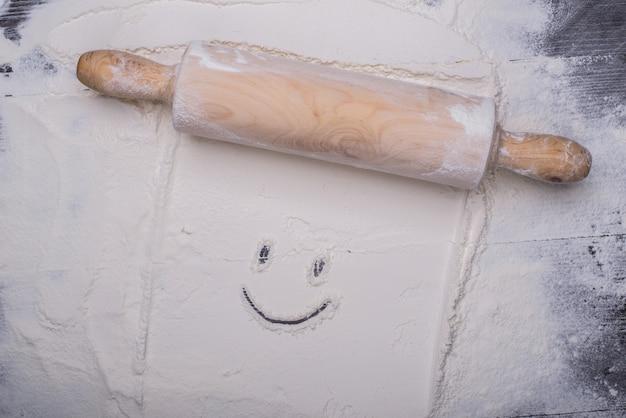 Счастливое лицо в тесте