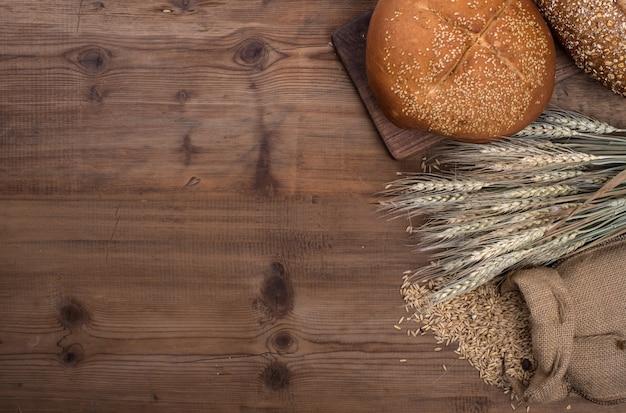 Ржаной нарезанный хлеб на столе