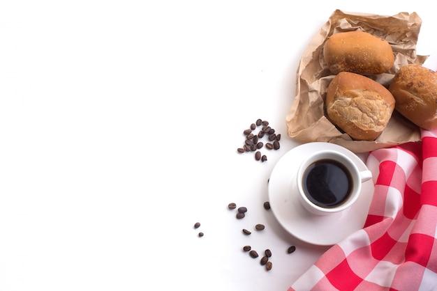 白い背景に朝食のためのブラックコーヒーと全粒小麦のパン