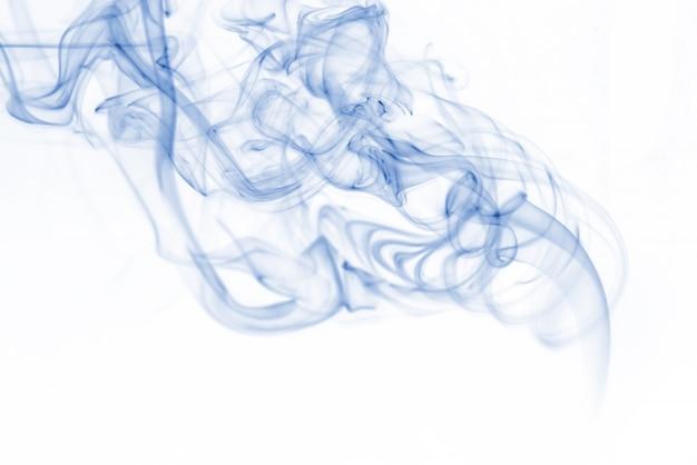 Голубая коллекция дыма на белом фоне