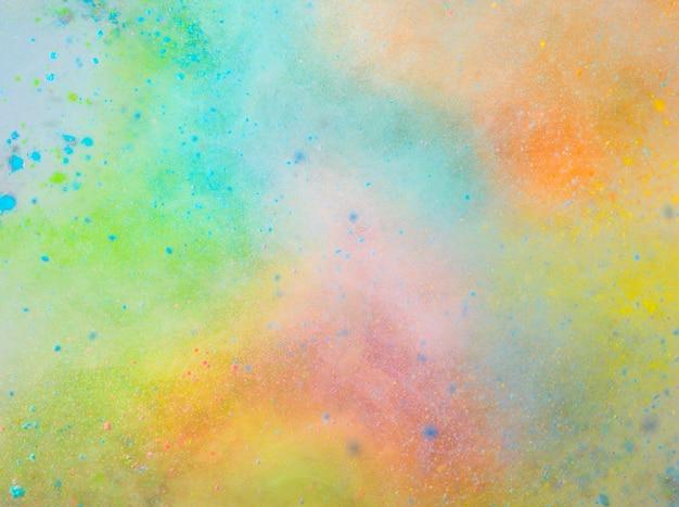 白い背景に着色粉の爆発