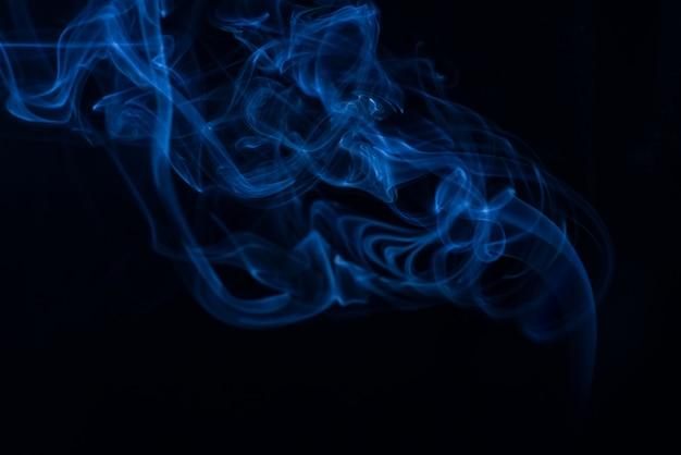 Белая коллекция дыма на черном фоне