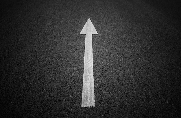 舗道の方向性のある矢印。