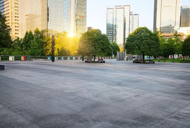 Извилистая дорога через городской парк