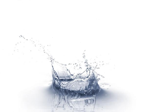 水のスプラッシュは、白い背景に