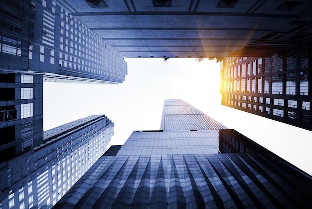 超高層ビルを見上げる