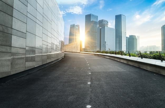 重慶の高速道路と都市近代建築
