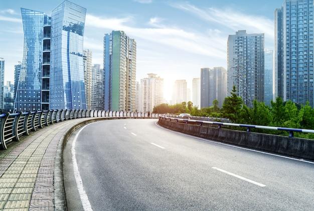 重慶、中国の街並みとスカイラインがある空のハイウェイ。