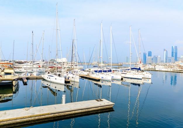 地平線とセーリングの青島港の美しい景色
