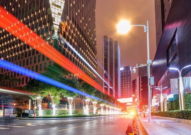 夜の街道の車のぼかしモーションの抽象的なイメージ