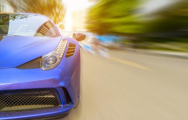 モーションブラーの背景と道路上の車