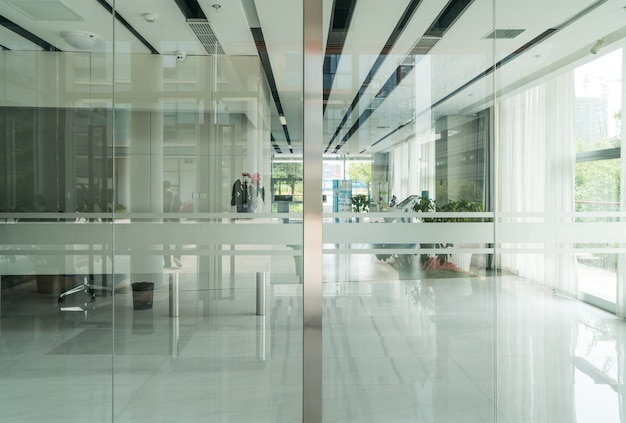 Современное офисное здание со стеклянными дверями и окнами