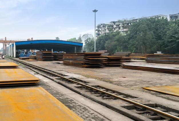 貨物ターミナルのスチールとクレーン