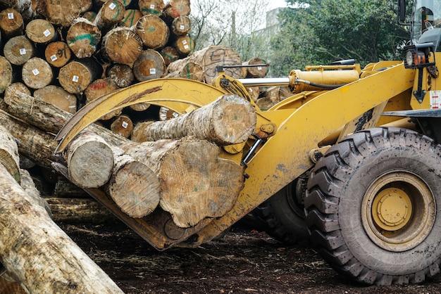 木製の加工工場で木材をつかむフォークリフトトラック